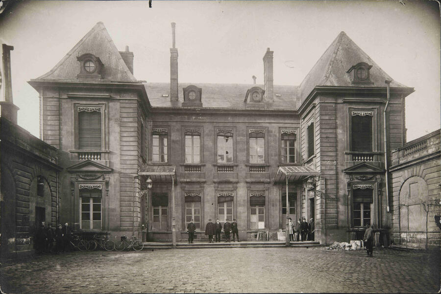 Municipal policemen in front of the hotel de lalande in the early 20th century
