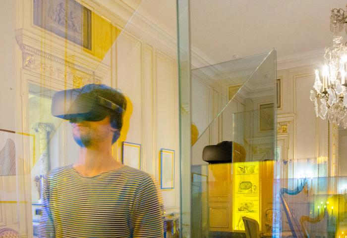 The Salon de compagnie in augmented reality - virtual reality headset Cap Sciences<br/> © madd Bordeaux - F. Griffon